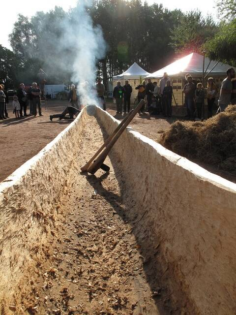 Creusement d'une pirogue au cairn de Goasseac'h samedi 21 aout avec l'association Koruc